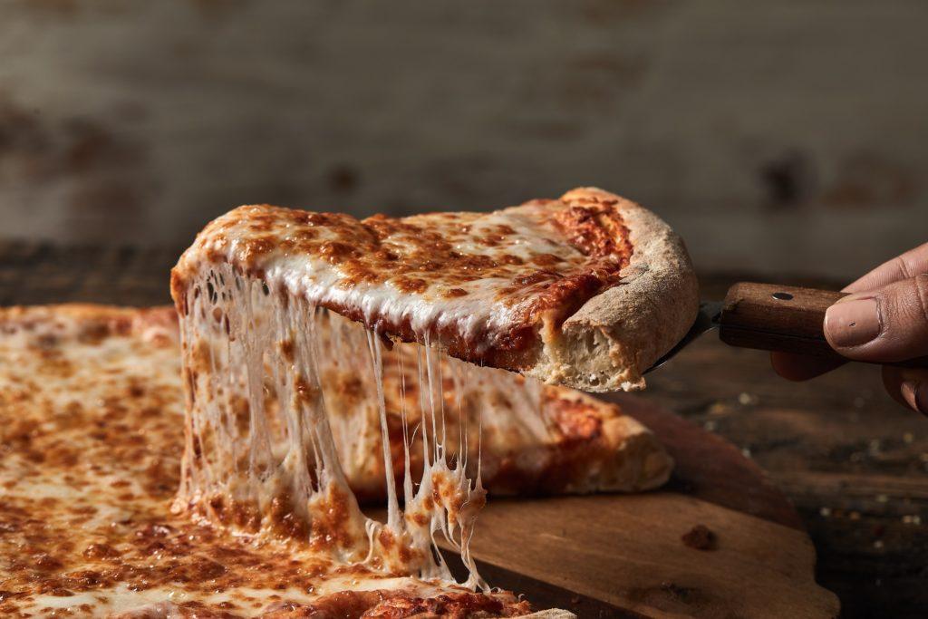 כיצד משפיעה הבחירה בחומרי הגלם על הצלחתה של רשת פיצה האט בארץ ובעולם?